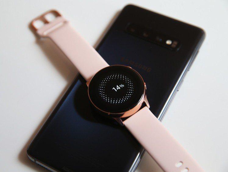 Galaxy S10系列具備無線電力分享功能,支援Qi無線充電的裝置。記者徐兆玄...
