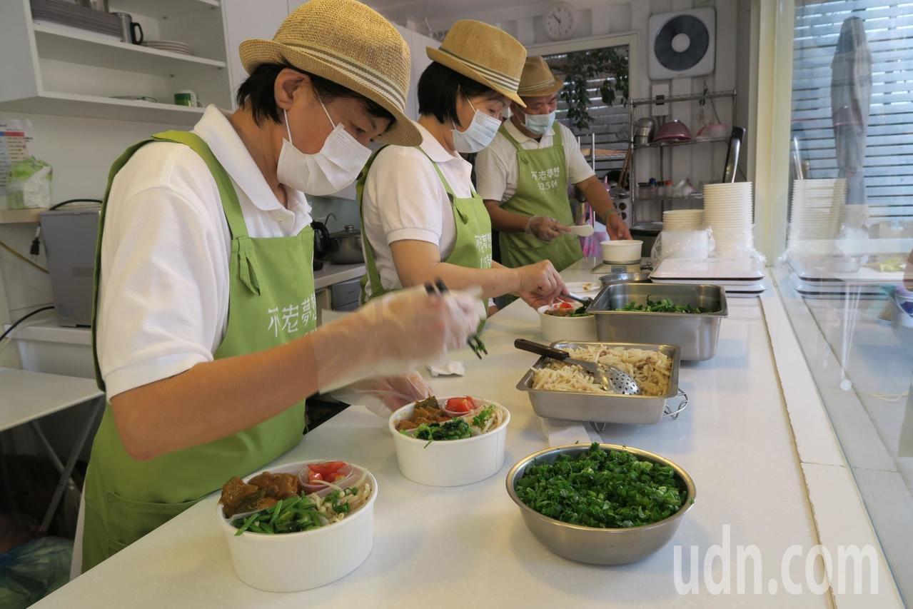 「不老夢想125號」推便當直送,不老料理人一起烹飪、準備便當。記者喻文玟/攝影