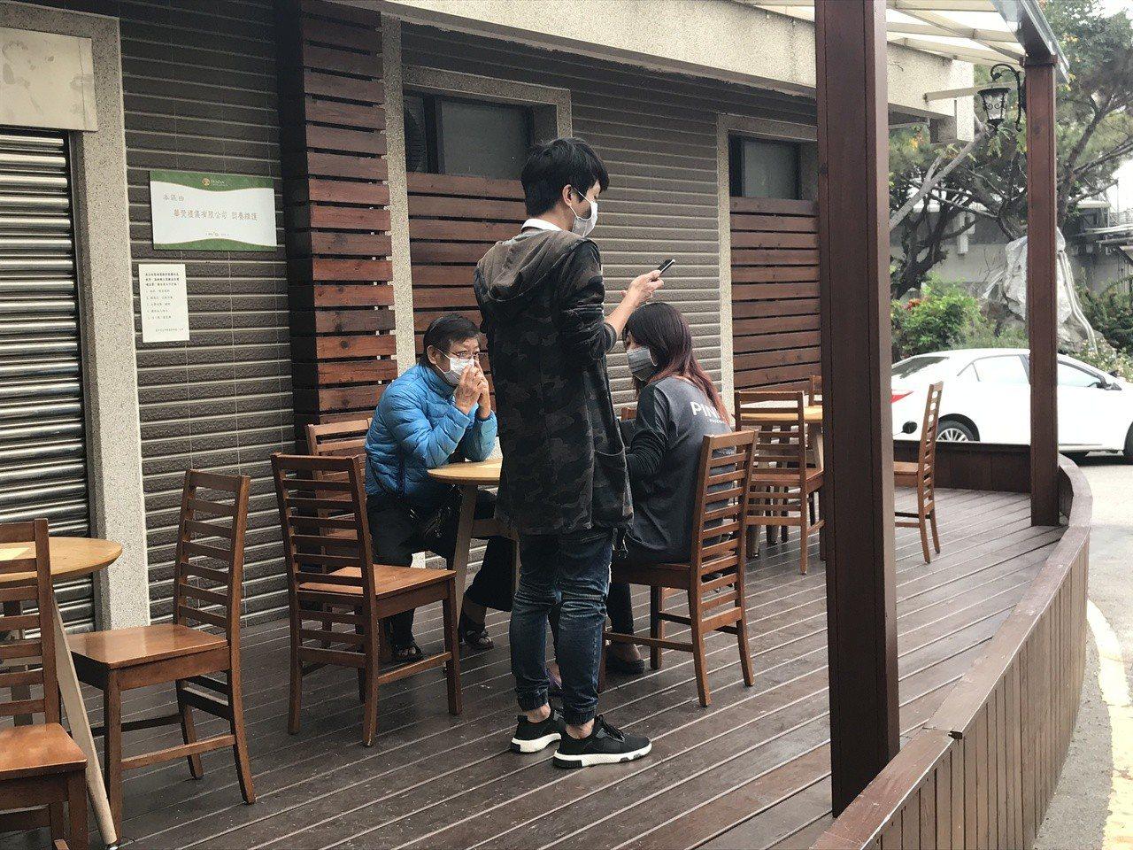 吳男家屬坐在室外休息區,與彭女家屬沒有互動。記者林佩均/攝影