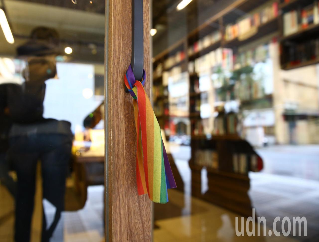 台灣伴侶權益推動聯盟上午在慕哲咖啡舉行記者會,針對行政院公布同婚草案的《司法院釋...