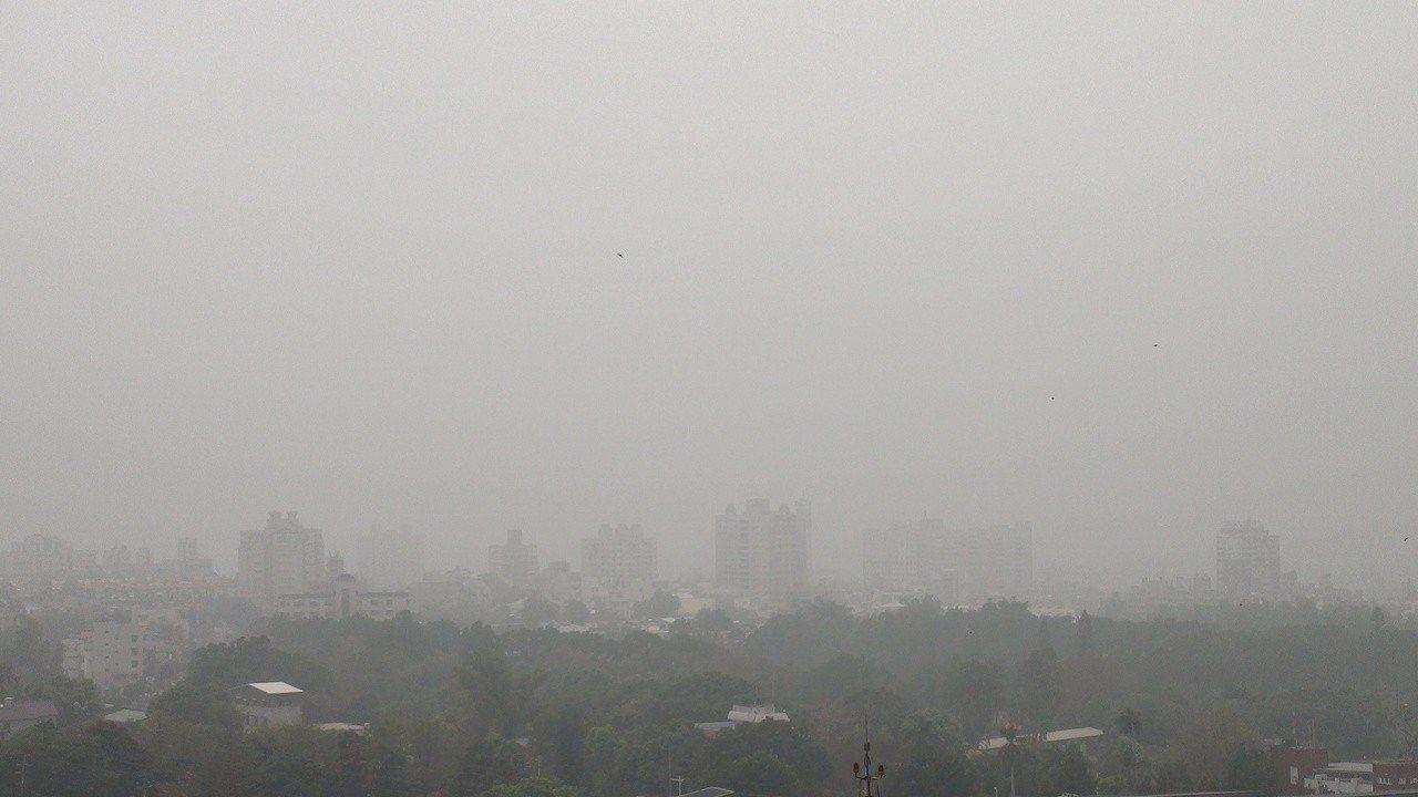嘉義地區這兩天空氣品質指標,都是不建康的紅色警示。記者謝恩得/攝影