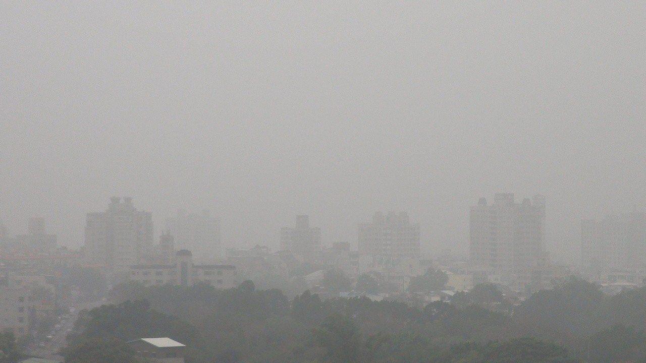 霧霾嚴重,今天上午嘉義市區景觀仍相當模糊。記者謝恩得/攝影