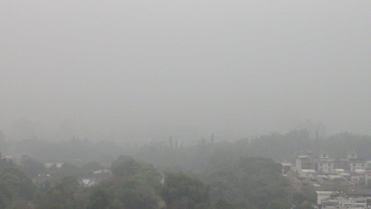 臉書「天氣即時預報」昨晚提到南北風交會,形成神祕的空汙線。記者謝恩得/攝影