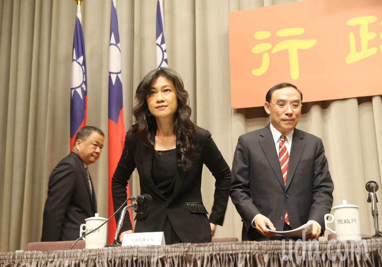 行政院今天舉行院會,發言人Kolas Yotaka(左)和法務部長蔡清祥(右)出...