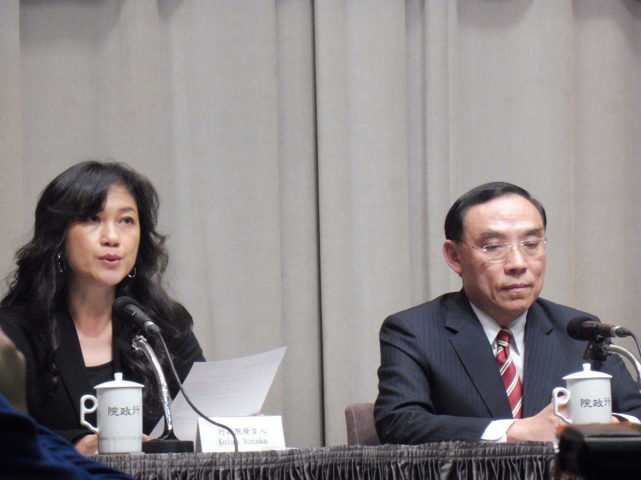 行政院發言人Kolas Yotaka(左)、法務部長蔡清祥(右)說明同性婚姻修法...