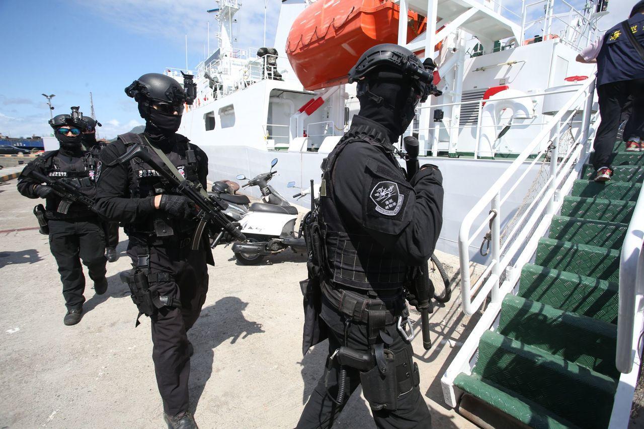 此次救援任務共出動巡護八號固有船員30人、海巡特勤隊員4人及偵查員3人。記者劉學...