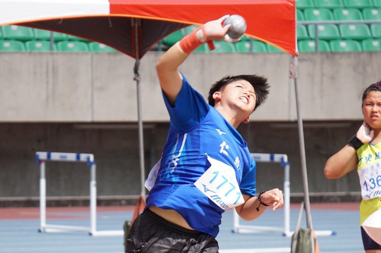 仁武高中國中部的趙翊亘在港都盃擲出破大會紀錄的15公尺16。記者劉肇育/攝影