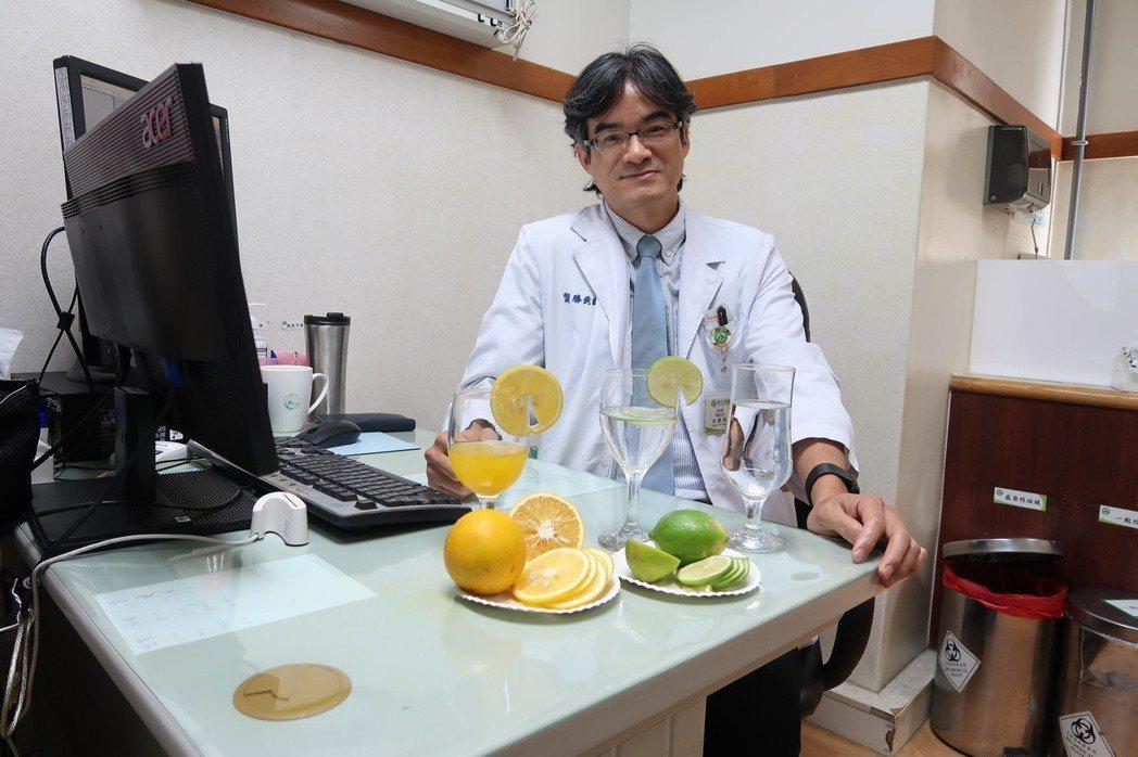 南基醫院泌尿外科醫師黃勝賢建議民眾可吃柳丁、檸檬預防草酸鈣形成,更重要是多喝水、...