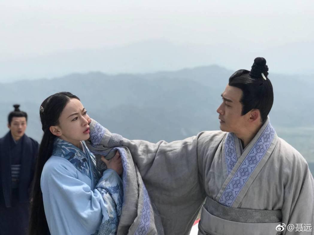 聶遠(右)與吳謹言都表示感謝遇到「皓鑭傳」的角色。圖/摘自微博