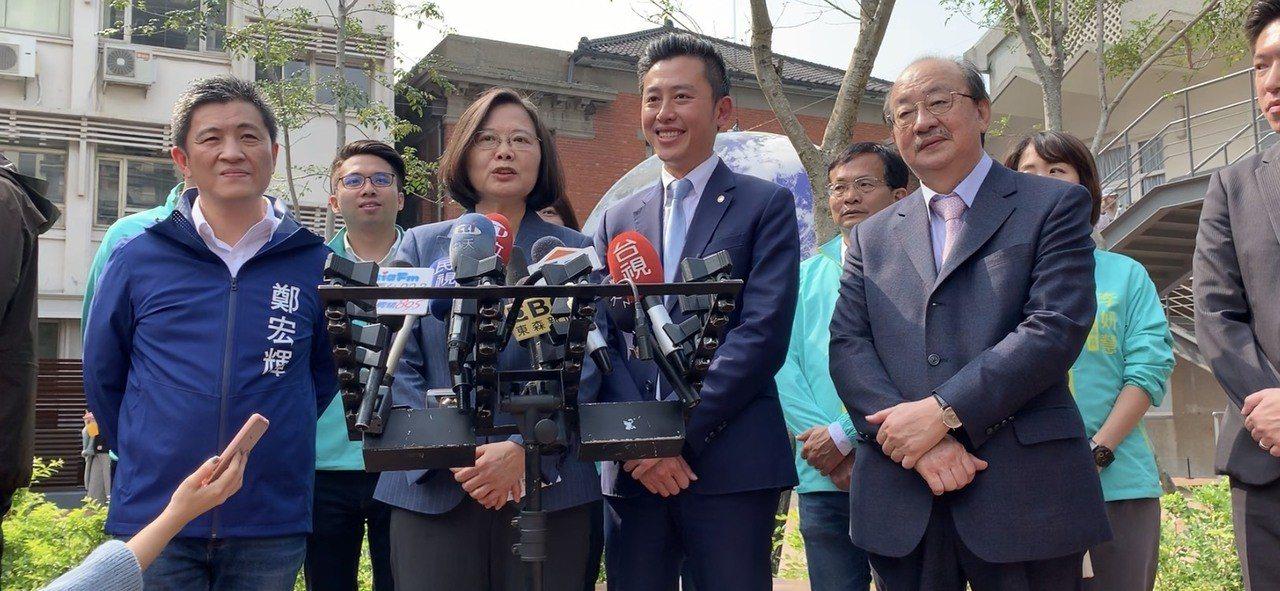 總統蔡英文(左二)今造訪竹市時表示,面對婚姻平權的議題,期許行政院今早提案能在立...