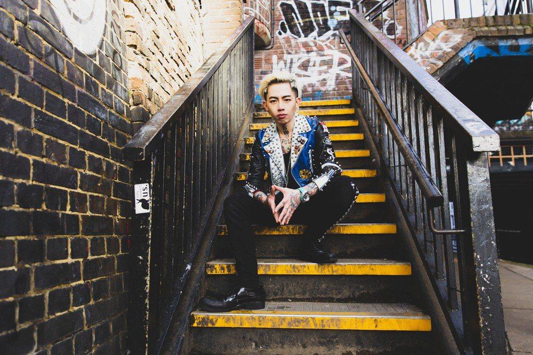 謝和弦到倫敦拍攝新歌「酷」MV。圖/華納音樂提供