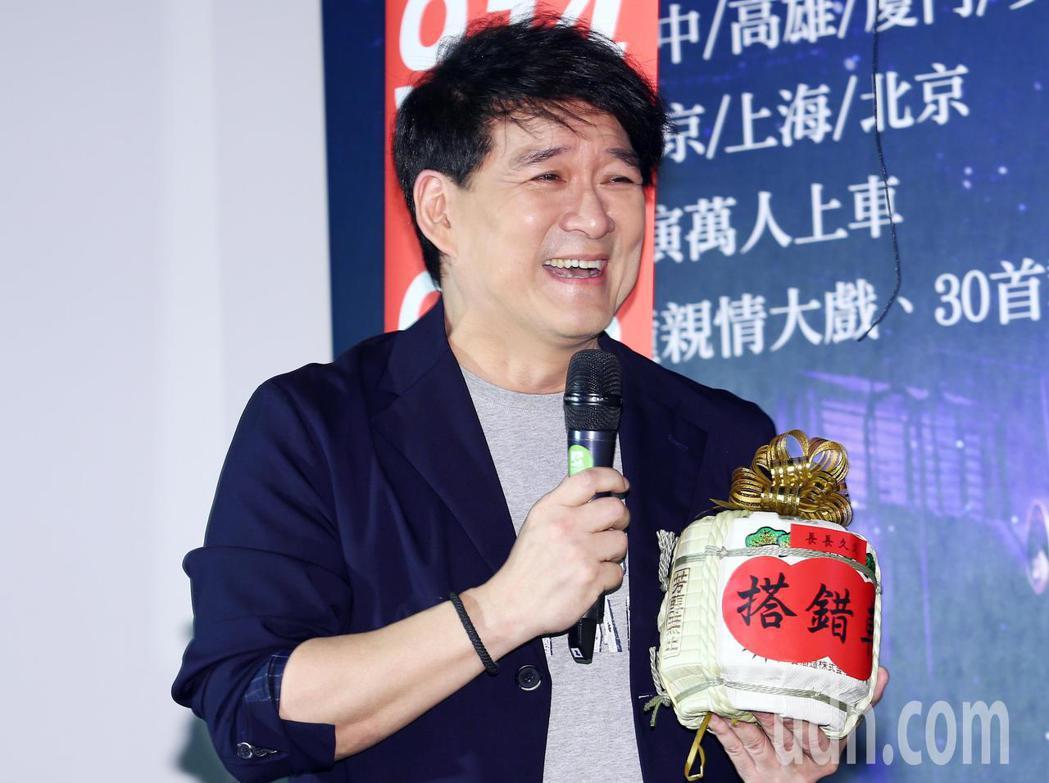 音樂劇《搭錯車》下午在台北舉行慶功記者會,歌手周華健到場祝賀送酒,希望主辦單位可...