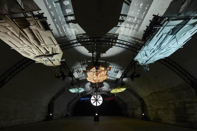 Craig Green打造的飛行倉庫,讓盟可睞Moncler羽絨面料像是翱翔空中...