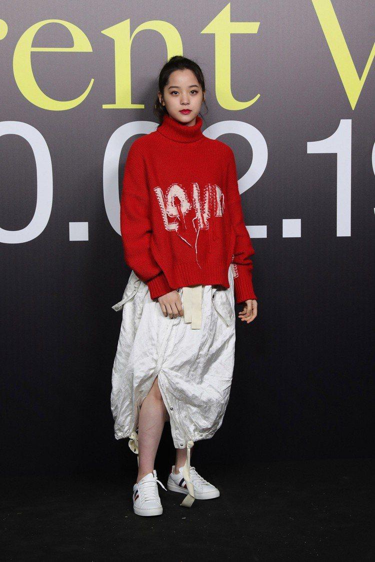 台灣女星歐陽娜娜以一身Moncler 1952系列的紅色針織衫及米色長裙造型現身...