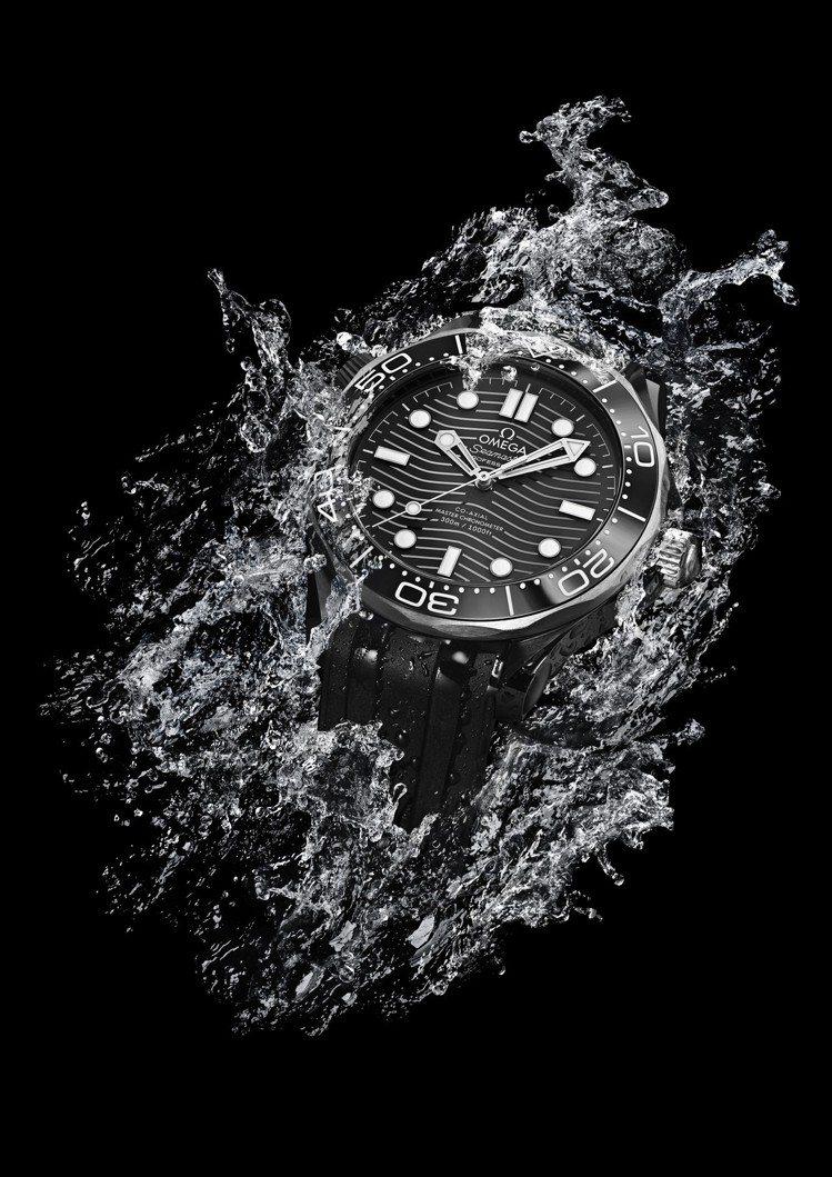 歐米茄海馬潛水300米系列腕表,鈦金屬表殼搭配陶瓷表圈,約26萬5,000元。圖...