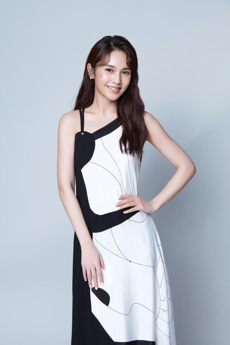 楊丞琳身穿2019秋冬系列的幾何霧感裙裝。圖/MARYLING提供