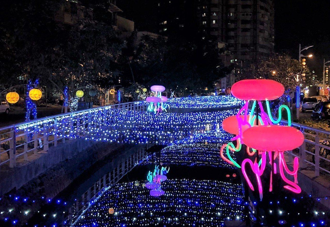 台灣燈會所在地的東港鎮,在大鵬灣主燈區外,縣府在東港鎮區打造的小鎮燈區,沿光復路...