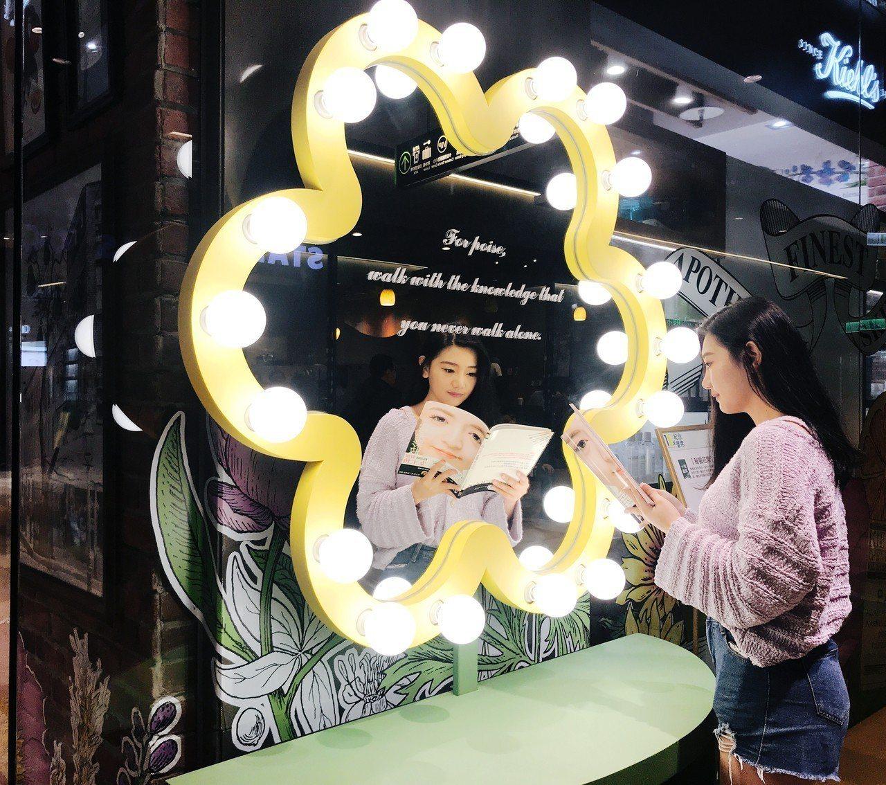 時尚美妝書區,有應景的花朵大鏡子。記者江佩君/攝影