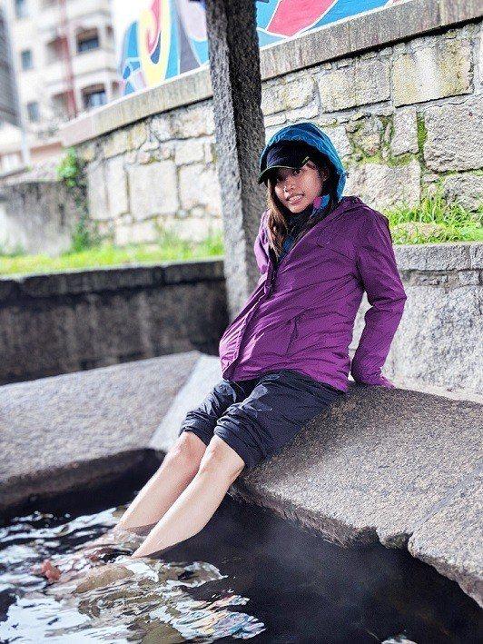 吳汶芳脫掉鞋襪,享受公共溫泉。圖/福茂唱片提供