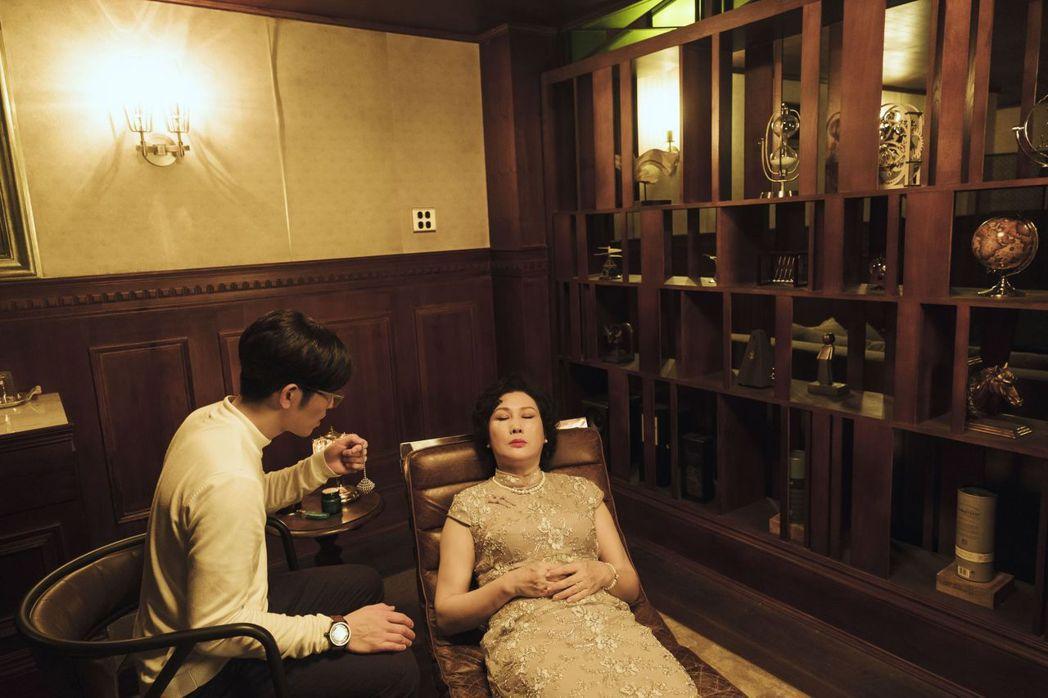 蕭敬騰(左)劇中為靈魂出竅的沈海蓉諮商、催眠。圖/公視提供