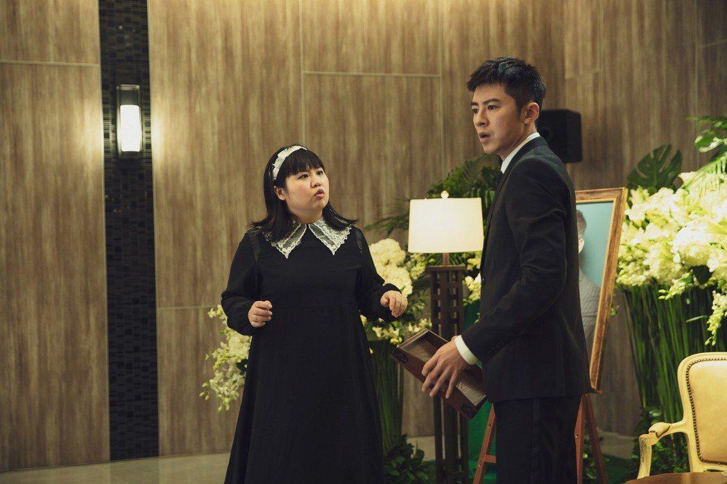 李國毅(右)與大文在「靈異街11號」中經營葬儀社。圖/LINE TV提供