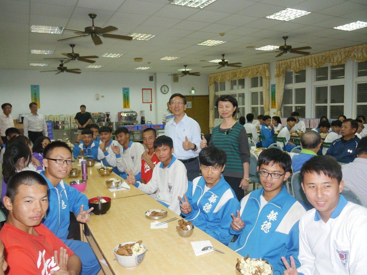 高市教育局長吳榕峯與華德工家的住宿生一起用餐。記者徐白櫻/攝影
