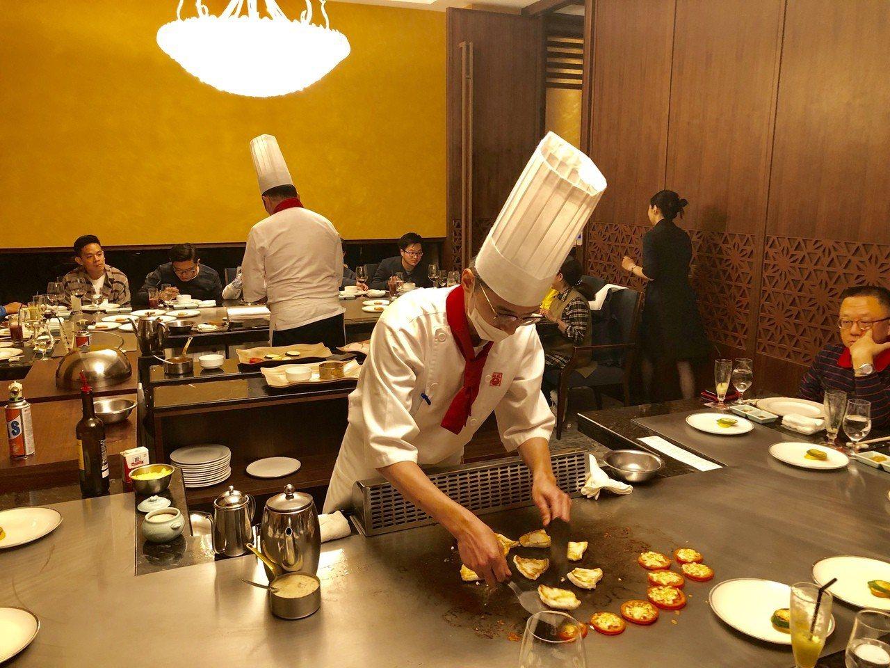 插旗台中美食一級戰區,紅花有備而來,標榜提供更優質的桌邊服務。記者宋健生/攝影