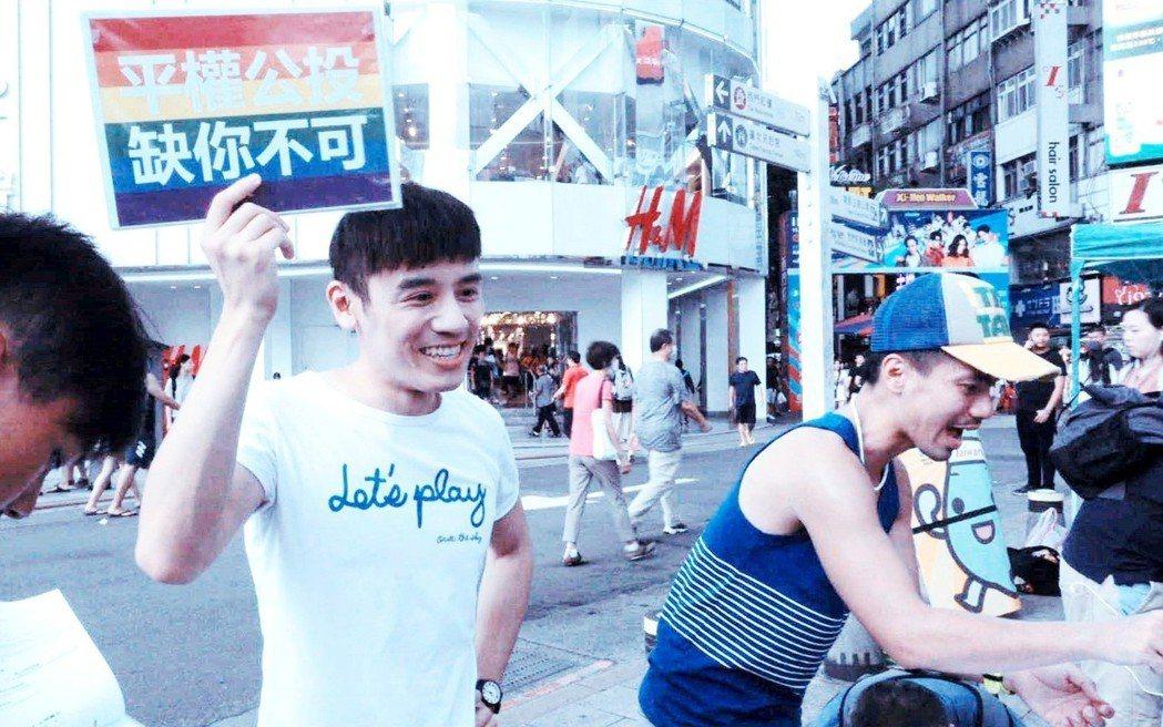 「我的靈魂是愛做的」邱志宇為同婚運動走上街頭。圖/海鵬提供