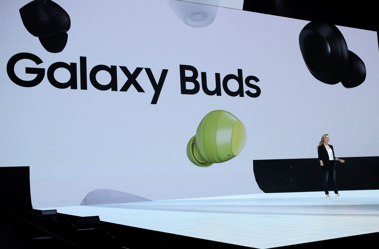 三星發表的折疊手機Galaxy Fold不附耳機插孔,但附帶一副無線耳機Gala...