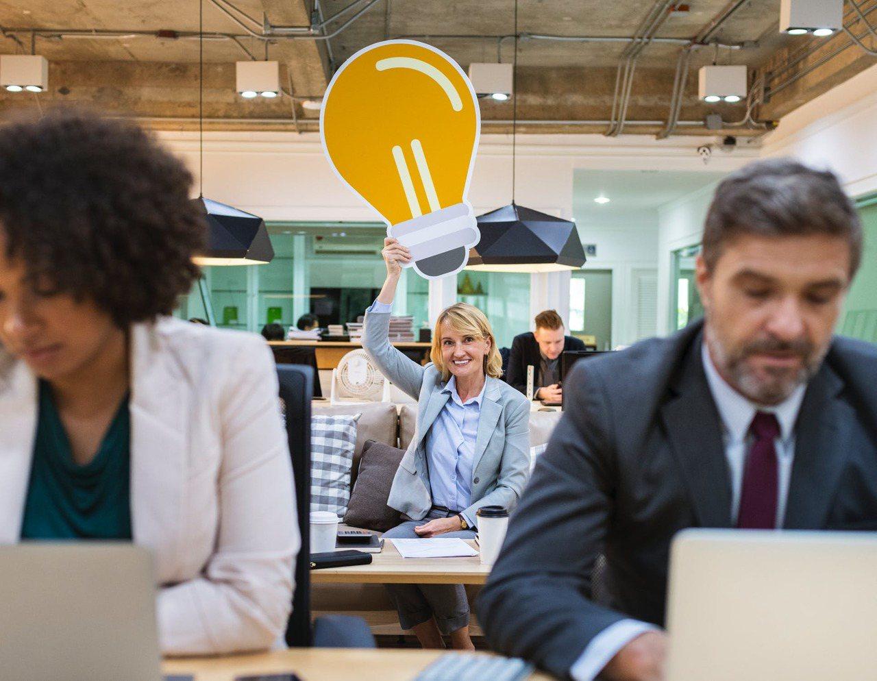 瘋狂品頭論足,通常是公司裡面,較有主導性特質的人,帶起「風向球」。圖/摘自 pe...