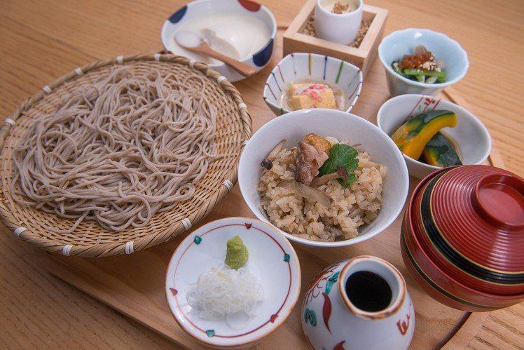 盛籠蕎麥麵與雞肉土鍋飯定食,每份580元。圖/菜々提供