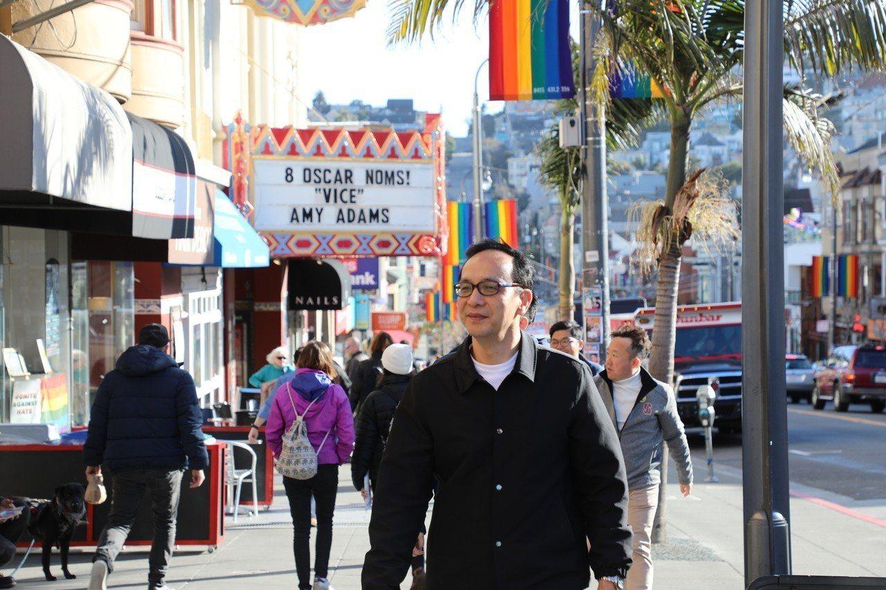 訪美的新北市前市長朱立倫,特別前往舊金山卡斯區的彩虹同志村參觀,不但在街頭留下多...