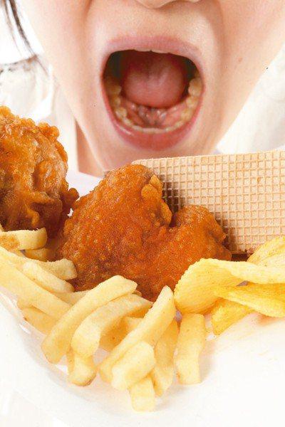 常吃炸雞、薯條,小心口腔潰瘍。 本報資料照片