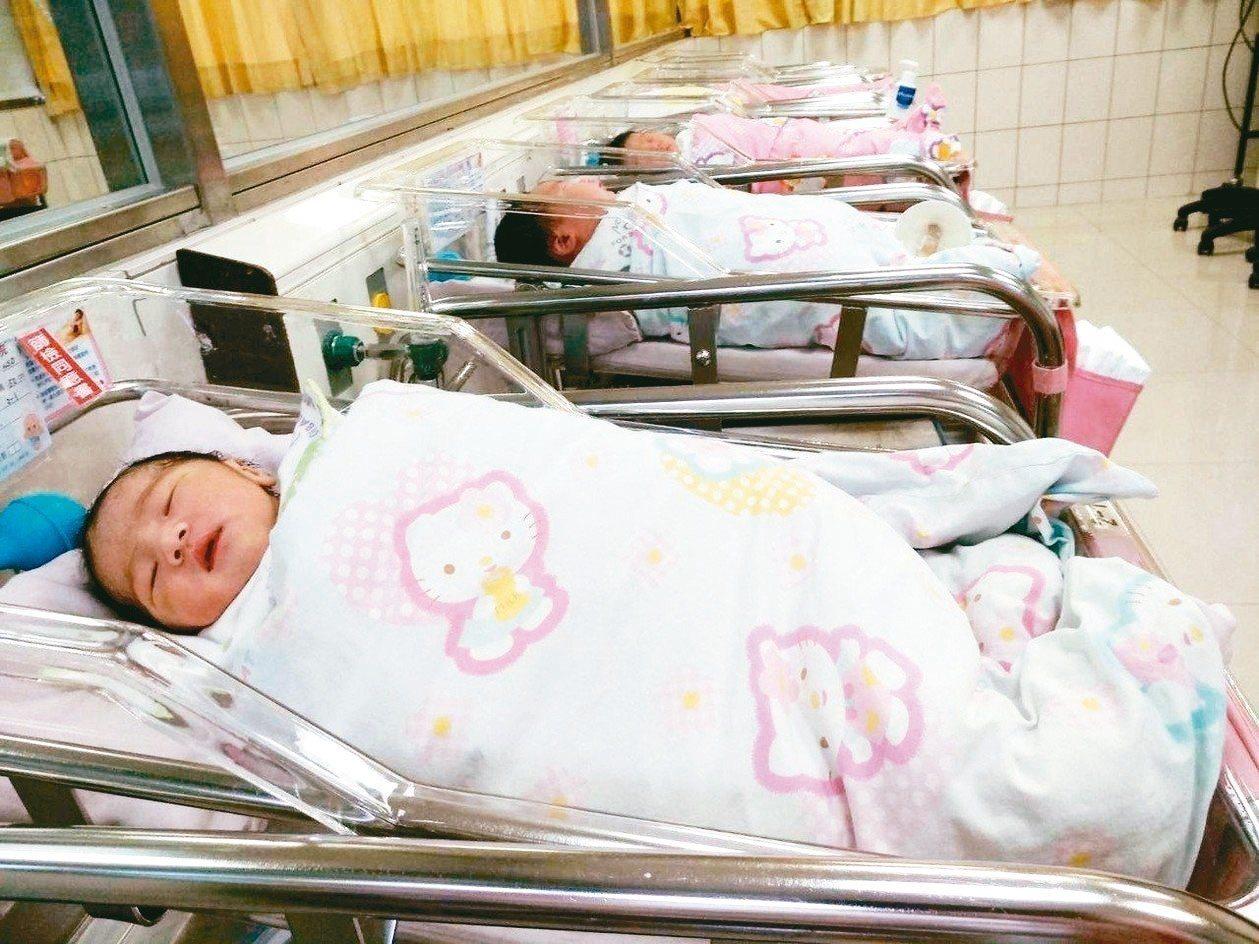 勞動部發布函釋,放寬讓只要同時撫育兩名三歲以下子女的父母,就可同時申請育嬰假。 ...