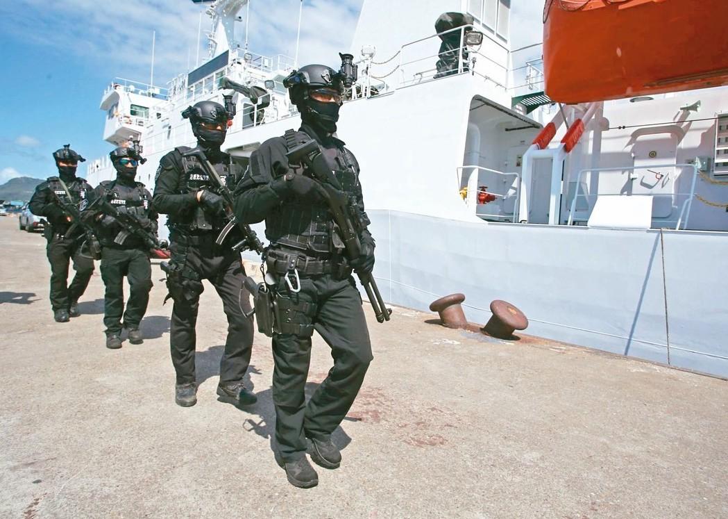 海巡署兵分二路前往救援「穩鵬號」。 記者劉學聖/攝影