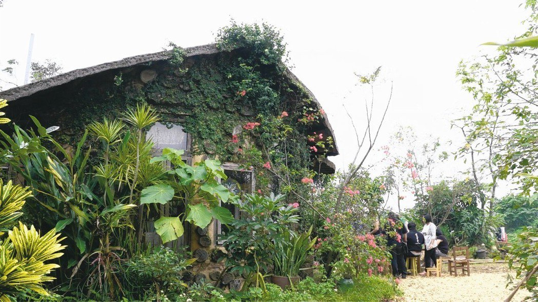 自然建築「風中之星」,由稻梗泥磚建成,打造出最低碳的生活樣貌。 圖/願景工程