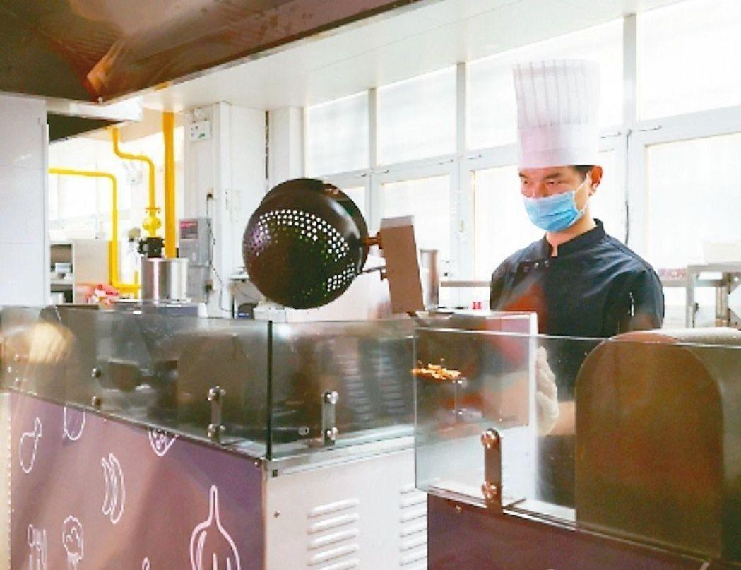 無人餐廳廚房內有五台炒菜機器人。圖/聯合報系資料照片