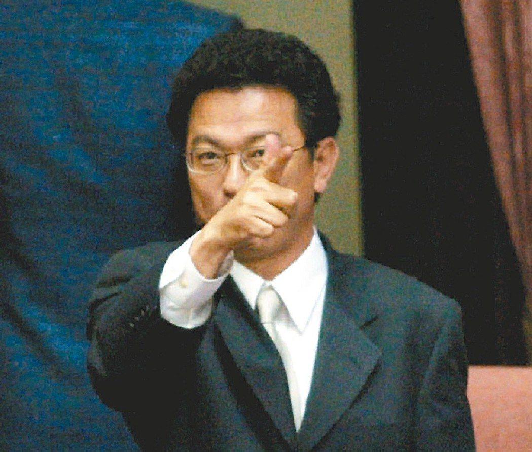 扁政府時的前新聞局長葉國興「一舉成名」,在立院對著記者作出開槍的手勢。 圖/聯合...