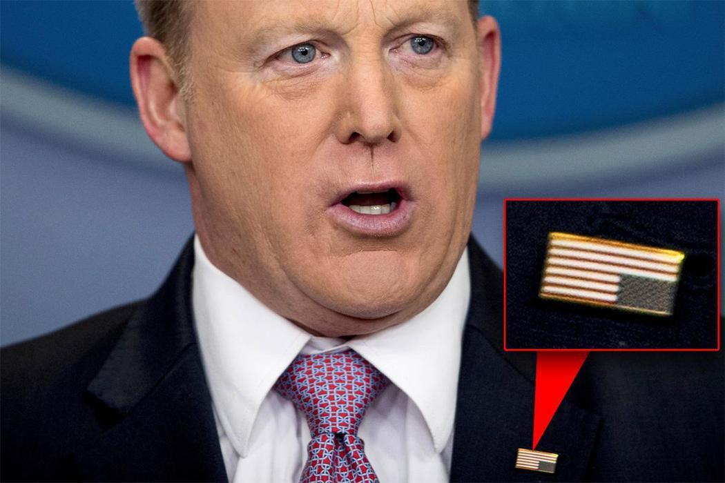 白宮前發言人史派瑟曾別反國旗徽章,遭網友嘲弄。 (美聯社)