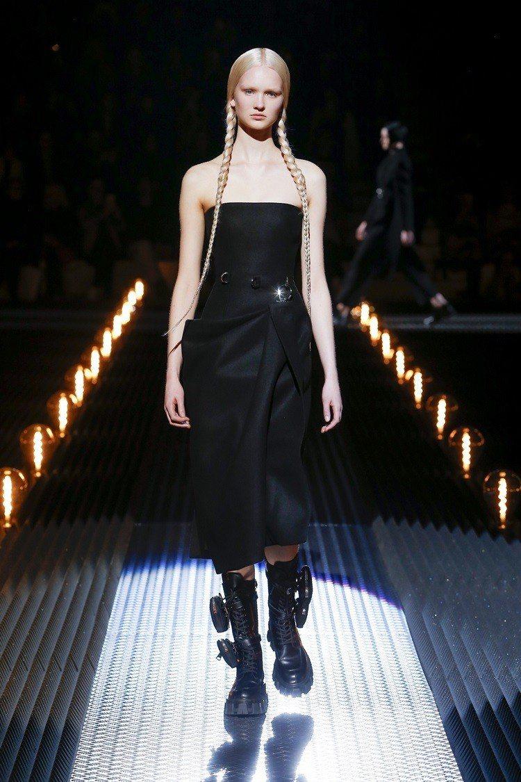 綁著辮子的模特兒穿上不規則裙擺的黑色洋裝,面無表情像是在扮演阿達一族裡的小女孩。...