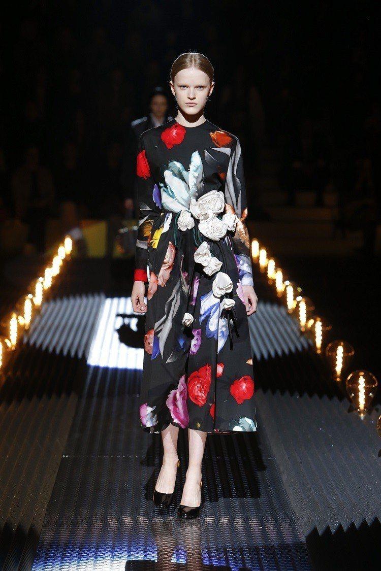 時尚品牌PRADA秋冬女裝秀登場,帶來一個充滿暗黑風格的浪漫系列。圖/PRADA...