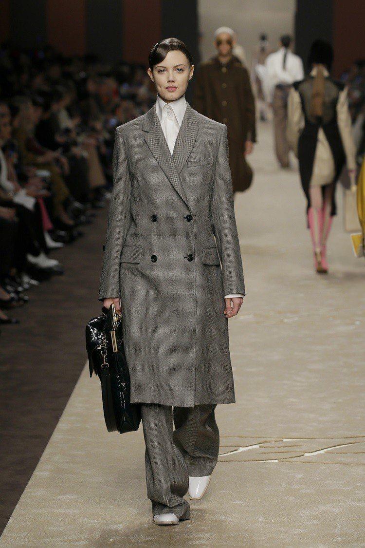 西裝大衣配上寬鬆的長褲,則是在正裝中注入年輕柔美風格。圖/FENDI提供