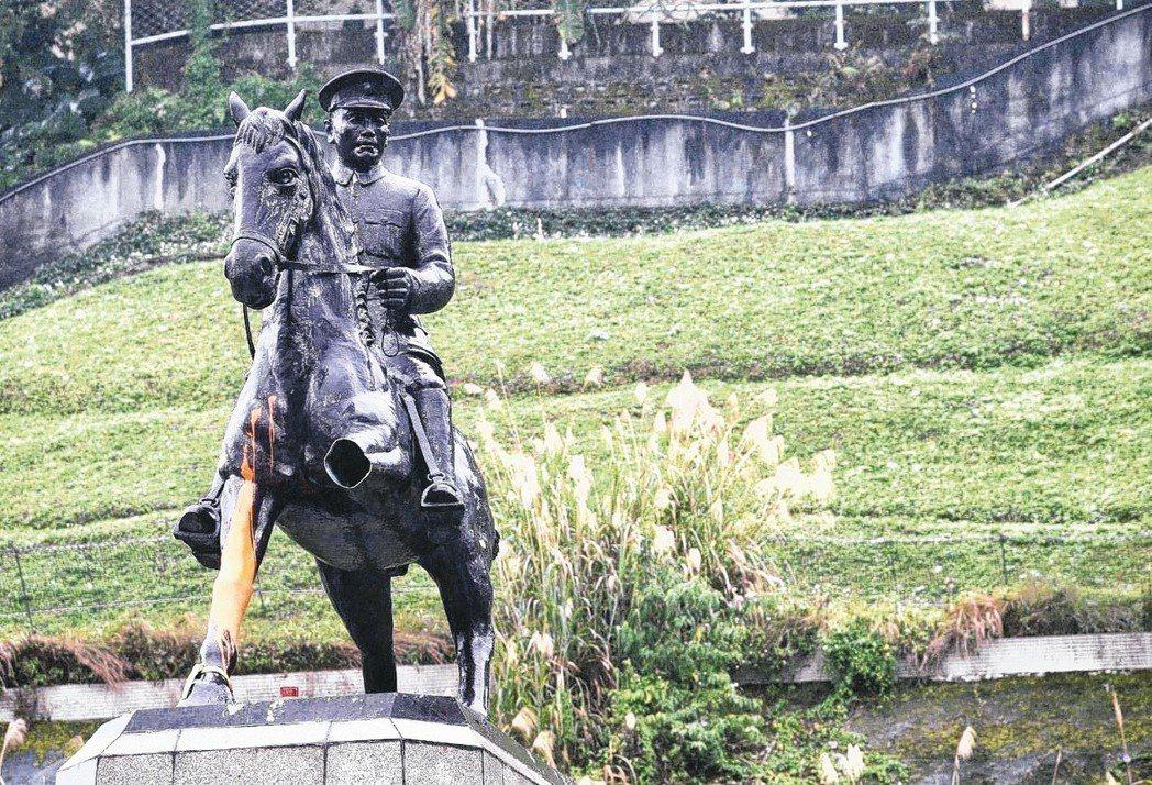 政大後山蔣中正銅像被近十名大學生鋸斷左馬腳,並在右馬腳潑漆。圖/聯合報系資料照片