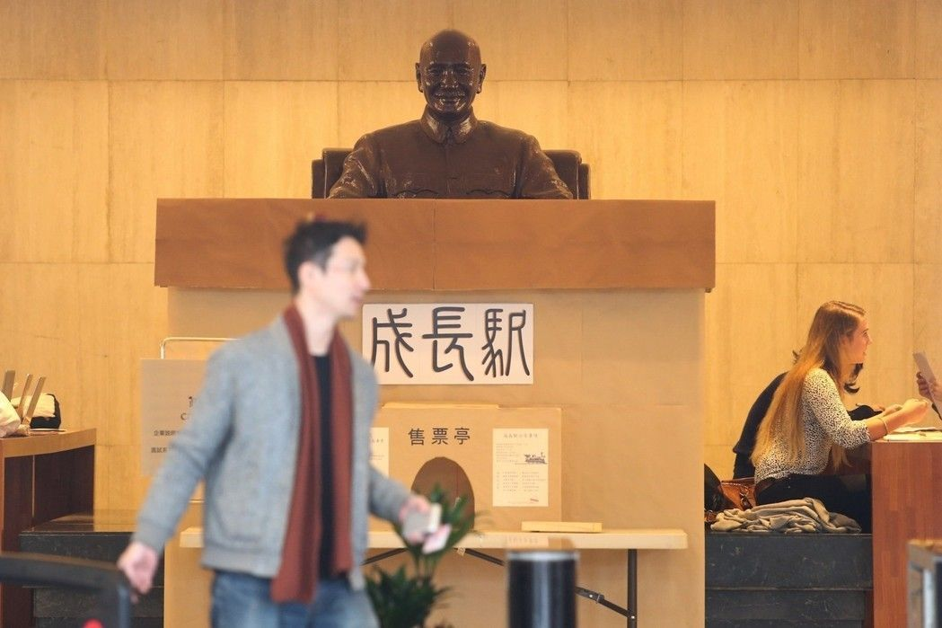 政大移除圖書館內的蔣中正銅像。圖/聯合報系資料照片
