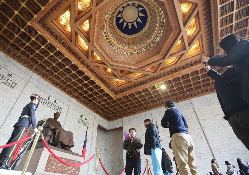 文化部長鄭麗君宣布,為尊重二二八紀念活動,避免社會對立,中正紀念堂二二八閉館一天...