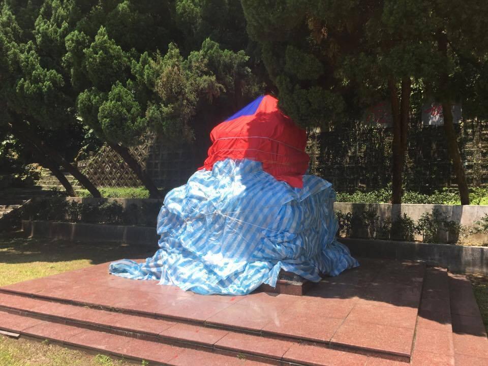 陽明山花鐘廣場的蔣介石銅像遭「斬首」,北市府公園處蓋上帆布。圖/聯合報系資料照片