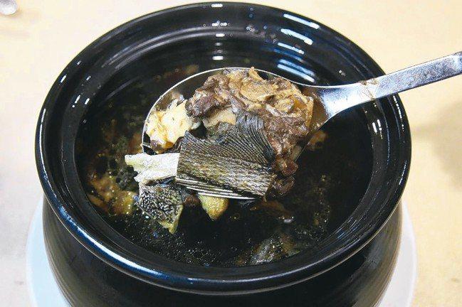 「宮廷養生鱘龍魚宴」眾華麗菜色之一的黑蒜頭鱘首鍋。 圖/陳志光
