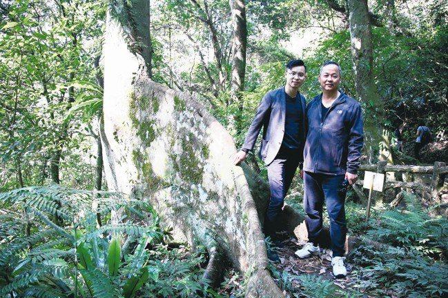 同是雨林,力推姆魯國家公園的極光旅行社總經理何烱維(右)造訪三峽大板根,與酒店經...