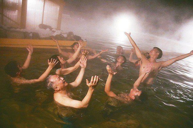 冰天雪地裡,大夥泡在熱呼呼的溫泉裡,搞笑祈求極光降臨。 圖/游慧君、陳志光