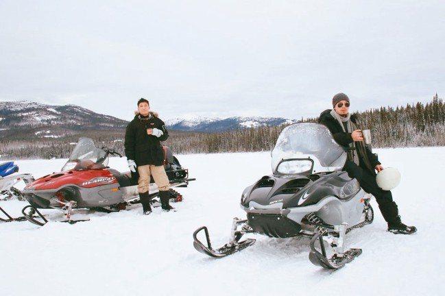 跨上雪上摩托車,到廣闊的冰湖上來場安全的競速體驗。 圖/游慧君、陳志光